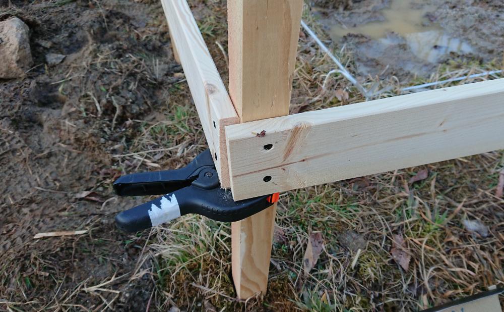 1×4材を杭に貼り付ける
