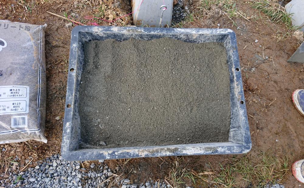 砂とセメントを混ぜた状態(基礎工事)