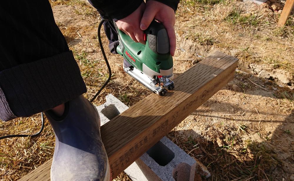 土台用木材をジグソーで切る
