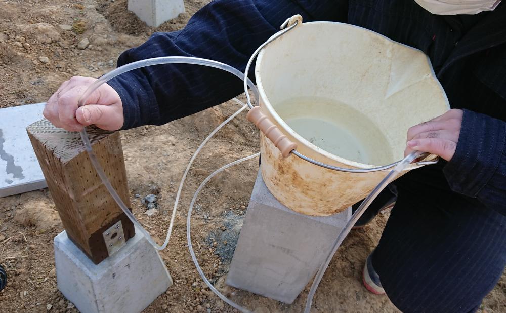 簡易水盛り管で束柱の水平レベル出し
