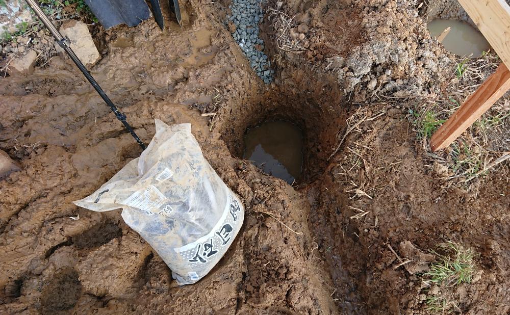 穴に砂を入れる(浸透ますの設置)