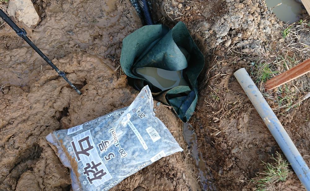 防草シート内に砕石を入れる(浸透ますの設置)