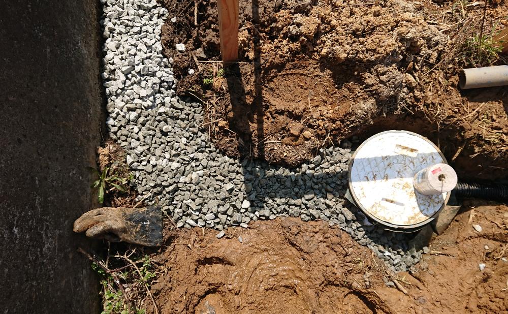暗渠パイプと浸透ますの接続