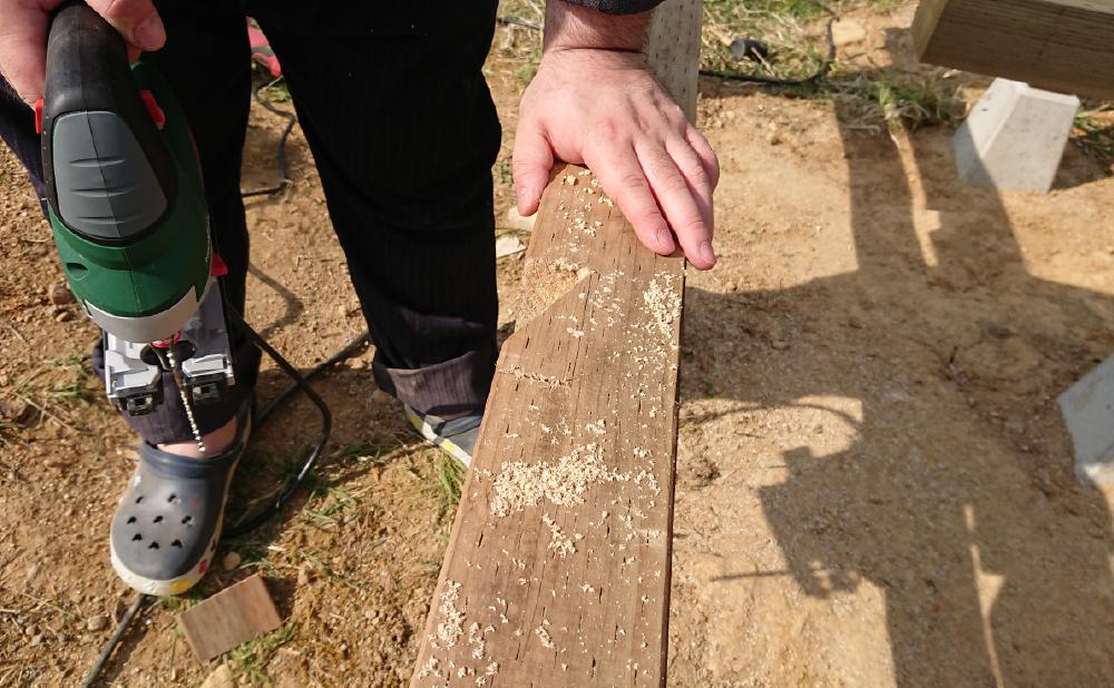 大引き用の溝をジグソーで掘る