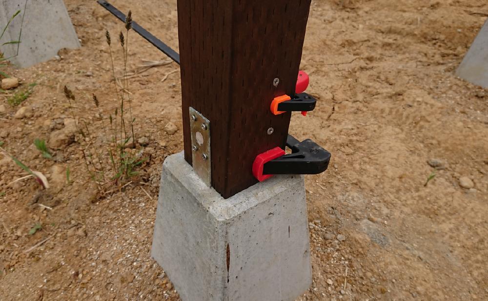割れた束柱をビスで補強してボルトの穴をパテで塞いだところ