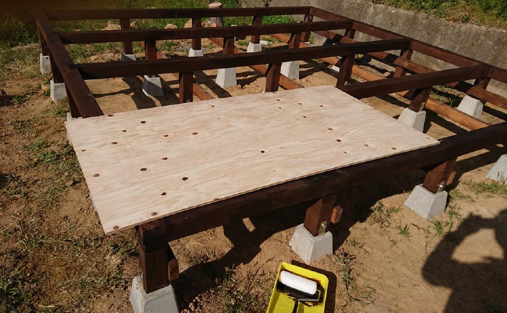 塗装する前の断熱材受け用合板