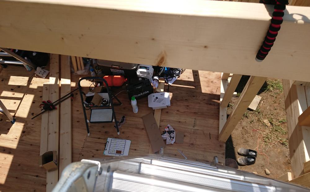 屋根裏の高さから下を見たところ
