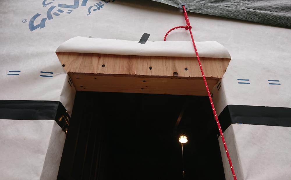 透湿防水シートの上部を切開